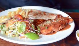 Ψημένη στη σχάρα μπριζόλα χοιρινού κρέατος και ψημένη μπριζόλα ψαριών Στοκ Φωτογραφίες