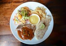 Ψημένη στη σχάρα μπριζόλα χοιρινού κρέατος και ψημένη μπριζόλα ψαριών Στοκ Εικόνα
