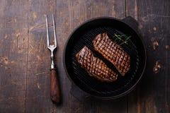 Ψημένη στη σχάρα μπριζόλα Striploin στο τηγάνι σχαρών Στοκ Εικόνες
