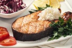 Ψημένη στη σχάρα πέστροφα με τα λαχανικά και το ρύζι Στοκ φωτογραφία με δικαίωμα ελεύθερης χρήσης