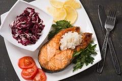 Ψημένη στη σχάρα πέστροφα με τα λαχανικά και το ρύζι Στοκ εικόνα με δικαίωμα ελεύθερης χρήσης