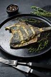 Ψημένη στη σχάρα πλατέσσα, ισορροπημένα υγιή τρόφιμα Γκρίζο υπόβαθρο, τοπ άποψη, διάστημα για το κείμενο στοκ εικόνα με δικαίωμα ελεύθερης χρήσης