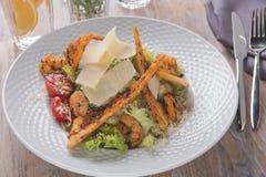 Ψημένη στη σχάρα σάλτσα ντοματών τυριών παρμεζάνας λωρίδων κοτόπουλου Caesar σαλάτα Στοκ Φωτογραφία