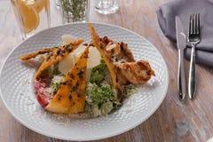 Ψημένη στη σχάρα σάλτσα ντοματών τυριών παρμεζάνας λωρίδων κοτόπουλου Caesar σαλάτα Στοκ φωτογραφία με δικαίωμα ελεύθερης χρήσης