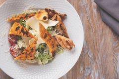 Ψημένη στη σχάρα σάλτσα ντοματών τυριών παρμεζάνας λωρίδων κοτόπουλου Caesar σαλάτα Στοκ Φωτογραφίες