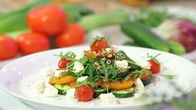 Ψημένη στη σχάρα σαλάτα λαχανικών με το τυρί απόθεμα βίντεο