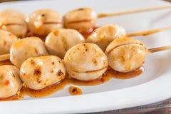 Ψημένη στη σχάρα σφαίρα κρέατος με την πικάντικη σάλτσα στο ταϊλανδικό ύφος, εκλεκτική εστίαση Στοκ Εικόνα