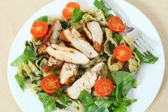 Ψημένη στη σχάρα υψηλή γωνία σαλάτας κοτόπουλου και ζυμαρικών Στοκ Εικόνα
