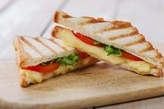 Ψημένη στη σχάρα φρυγανιά σάντουιτς με την ντομάτα Στοκ φωτογραφία με δικαίωμα ελεύθερης χρήσης