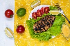 Ψημένη στη σχάρα λωρίδα κοτόπουλου με τα λαχανικά και ασβέστης στο άσπρο πιάτο στοκ φωτογραφία