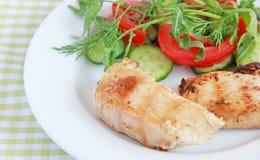 Ψημένη στη σχάρα λωρίδα κοτόπουλου με τη σαλάτα Στοκ Εικόνες
