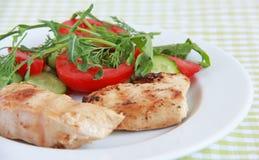 Ψημένη στη σχάρα λωρίδα κοτόπουλου με τη σαλάτα Στοκ εικόνα με δικαίωμα ελεύθερης χρήσης