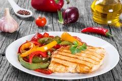 Ψημένη στη σχάρα λωρίδα στηθών κοτόπουλου και τηγανισμένο πιπέρι κουδουνιών, clos- επάνω Στοκ φωτογραφία με δικαίωμα ελεύθερης χρήσης
