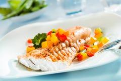 Ψημένη στη σχάρα λωρίδα ψαριών με μια ζωηρόχρωμη φρέσκια σαλάτα