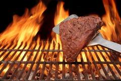 Ψημένη φλόγα μπριζόλα στη BBQ σχάρα Στοκ Φωτογραφία