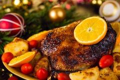 Ψημένη Χριστούγεννα πάπια που εξυπηρετείται με τις πατάτες, το πορτοκάλι και τις ντομάτες στοκ εικόνα με δικαίωμα ελεύθερης χρήσης