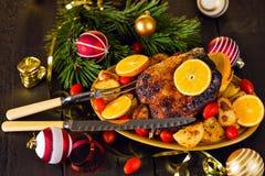 Ψημένη Χριστούγεννα πάπια που εξυπηρετείται με τις πατάτες, το πορτοκάλι και τις ντομάτες Στοκ Φωτογραφία