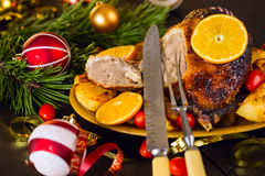 Ψημένη Χριστούγεννα πάπια που εξυπηρετείται με τις πατάτες, το πορτοκάλι και τις ντομάτες Στοκ φωτογραφία με δικαίωμα ελεύθερης χρήσης