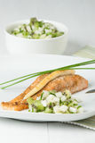 Ψημένη λωρίδα σολομών Σπιτικό Salsa φιαγμένο από ακτινίδιο, αχλάδια, φρέσκα κρεμμύδια Στοκ φωτογραφία με δικαίωμα ελεύθερης χρήσης