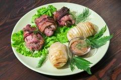 Ψημένοι γεμισμένοι μηροί κοτόπουλου με τις πατάτες και τα μανιτάρια στοκ φωτογραφία