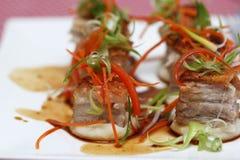 Ψημένοι κύβοι κοιλιών χοιρινού κρέατος στην πολτοποιηίδα πατάτα με την καραμέλα Στοκ φωτογραφία με δικαίωμα ελεύθερης χρήσης