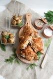 Ψημένοι μηροί κοτόπουλου που βρίσκονται σε έναν ξύλινο πίνακα με τα πράσινα και την πατάτα μωρών στοκ φωτογραφίες με δικαίωμα ελεύθερης χρήσης