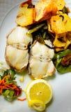 Ψημένοι στη σχάρα μπακαλιάροι με τις πατάτες και τα πράσινα πιπέρια Στοκ Φωτογραφίες