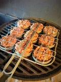 Ψημένοι στη σχάρα ολισθαίνοντες ρυθμιστές χοιρινού κρέατος στο ράφι ολισθαινόντων ρυθμιστών στοκ εικόνα με δικαίωμα ελεύθερης χρήσης