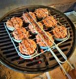 Ψημένοι στη σχάρα ολισθαίνοντες ρυθμιστές χοιρινού κρέατος στο ράφι ολισθαινόντων ρυθμιστών στοκ φωτογραφία