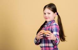 Ψημένος από με Χαριτωμένο μικρό κορίτσι με τα πρόσφατα ψημένα τρόφιμα επιδορπίων Λατρευτά ψημένα muffins λίγης εκμετάλλευσης παιδ στοκ φωτογραφία