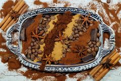Ψημένος καφές, έδαφος, φασόλια και στιγμιαίος καφές στα εκλεκτής ποιότητας κουτάλια με την προσθήκη των κομματιών της σοκολάτας κ στοκ εικόνα