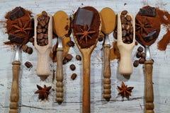 Ψημένος καφές, έδαφος, φασόλια και στιγμιαίος καφές στα εκλεκτής ποιότητας κουτάλια με την προσθήκη των κομματιών της σοκολάτας κ στοκ φωτογραφία