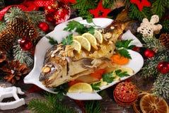 Ψημένος κυπρίνος που γεμίζεται με τα λαχανικά για τα Χριστούγεννα Στοκ Φωτογραφία