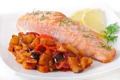 Ψημένος σολομός με τα λαχανικά ratatouille Στοκ φωτογραφία με δικαίωμα ελεύθερης χρήσης