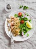 Ψημένος σολομός με την κρούστα σιταριού λεμονιών και φρέσκια σαλάτα σπανακιού, ραδικιών, μπιζελιών και ντοματών στο άσπρο πιάτο σ Στοκ Εικόνες