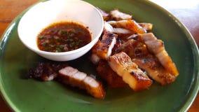 Ψημένος στη σχάρα λαιμός χοιρινού κρέατος και βυθίζοντας σάλτσα στοκ εικόνες με δικαίωμα ελεύθερης χρήσης
