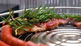Ψημένος στη σχάρα λαιμός χοιρινού κρέατος απόθεμα βίντεο