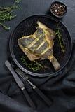 Ψημένος στη σχάρα πλευρονήκτης, ισορροπημένα υγιή τρόφιμα Γκρίζο υπόβαθρο, τοπ άποψη, διάστημα για το κείμενο στοκ φωτογραφία