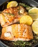 Ψημένος στη σχάρα σολομός με τα χορτάρια, το σκόρδο και το λεμόνι Τρόφιμα ψαριών Στοκ εικόνες με δικαίωμα ελεύθερης χρήσης