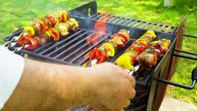 Ψημένος στη σχάρα shish kebab στο οβελίδιο μετάλλων Μαγείρεμα αρχιμαγείρων απόθεμα βίντεο