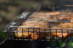 Ψημένος συναντηθείτε κατά τη διάρκεια του μαγειρέματος στο πλέγμα Στοκ εικόνες με δικαίωμα ελεύθερης χρήσης