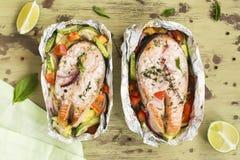 Ψημένος φούρνος σολομός με τα λαχανικά στοκ εικόνες