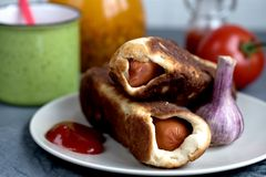 Ψημένος χυμός ντοματών λευκαγκαθιών ζύμης λουκάνικων στοκ φωτογραφία με δικαίωμα ελεύθερης χρήσης
