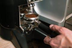 Ψημένος arabica robusta κάτοχος επίγειων μύλων καφέ Στοκ φωτογραφία με δικαίωμα ελεύθερης χρήσης