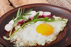 Ψημένο αυγό με τα κρεμμύδια Στοκ φωτογραφία με δικαίωμα ελεύθερης χρήσης