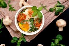 Ψημένο αυγό με το μανιτάρι, την ντομάτα και το μαρούλι Στοκ Φωτογραφίες