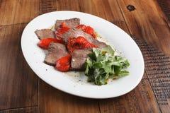 Ψημένο βόειο κρέας ψητού με το rucola και το κόκκινο πιπέρι κουδουνιών Στοκ εικόνες με δικαίωμα ελεύθερης χρήσης