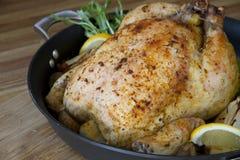 Ψημένο λεμόνι κοτόπουλου σε ένα τηγάνι Στοκ εικόνες με δικαίωμα ελεύθερης χρήσης