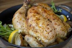 Ψημένο λεμόνι κοτόπουλου σε ένα τηγάνι Στοκ Φωτογραφία