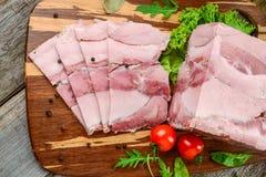 Ψημένο ζαμπόν χοιρινού κρέατος με τα λαχανικά μαχαιριών και ψητού κουζινών στο σκοτεινό αγροτικό υπόβαθρο στοκ εικόνα